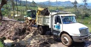 Maquinaria removiendo escombros en Chipaque