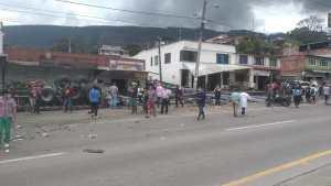 Choque de una tractomula y la estación de policía de Subia.