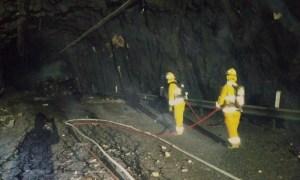 Bomberos apagando incendio en túnel
