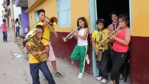 Niños de Cundinamarca con instrumentos musicales.